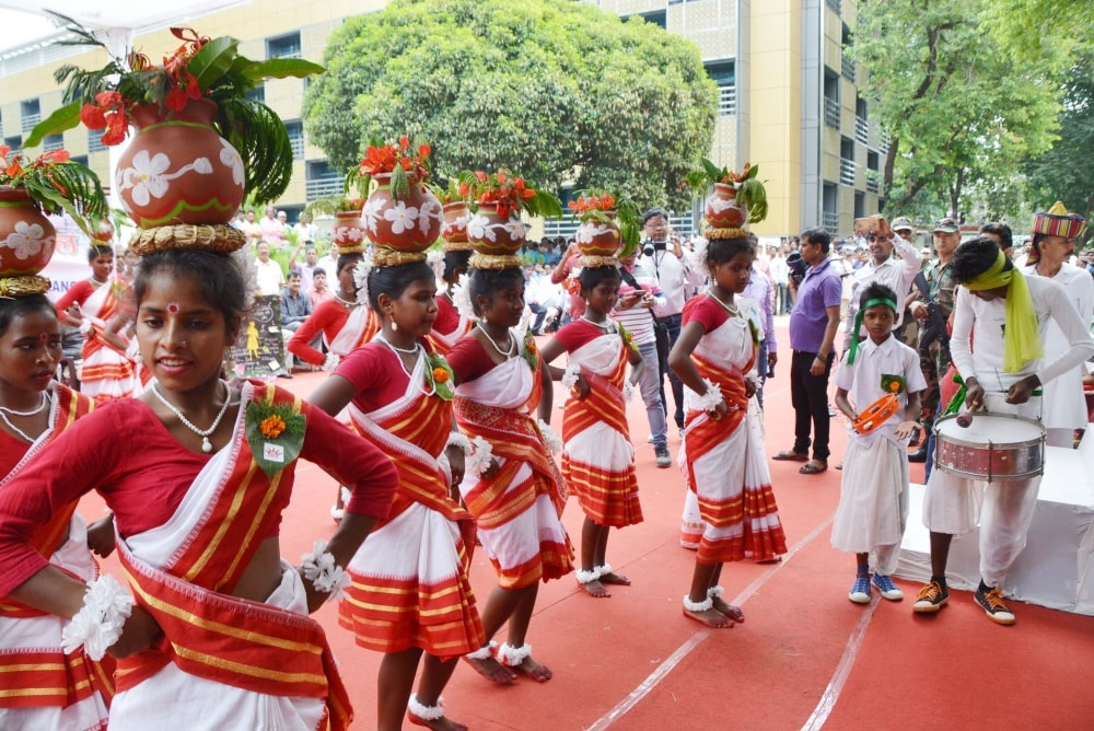 <p>Artists perform during Cleanliness Carnival at CCL Darbhanga House in Ranchi on Saturday.</p>