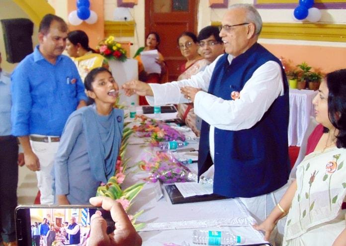 <p>स्वास्थ्य मंत्री रामचंद्र चंद्रवंशी ने जिला स्कूल सभागार से राष्ट्रीय कृमि मुक्ति दिवस का विधिवत उद्घाटन किया और स्कूली बच्चों को एलबेंडाजाॅल की दवा खिलायी। स्वास्थ्य मंत्री ने&#8230;