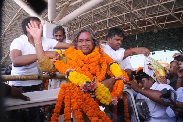 <p>Padma Shree recipient Mukund Nayak,a folk artist,was accorded loving welcome on his arrival Birsa Munda Inernational airport in Ranchi, Jharkhand.</p>