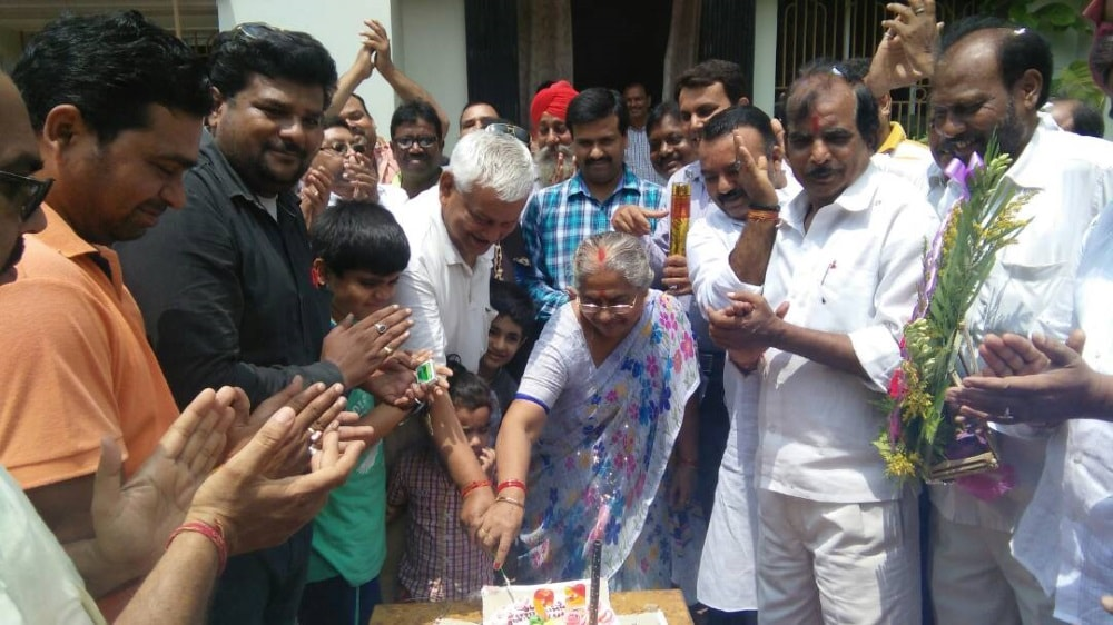 <p>By cutting the cake,BJP MP from Dhanbad Pashupati Nath Singh celebrated his 52nd birth day with his wife Meera Singh and others in Dhanbad&nbsp;</p>