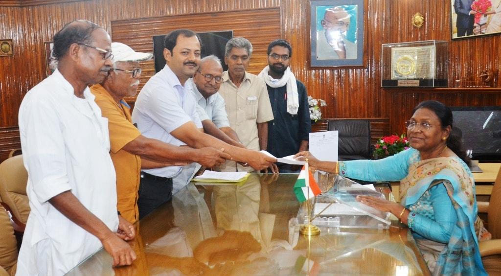 <p>माननीया राज्यपाल द्रैपदी मुर्मू से आज सोशलिस्ट यूनिटी सेंटर आफ इंडिया कम्युनिस्ट के एक प्रतिनिधिमंडल ने श्री रबीन समाजपति के नेतृत्व में राजभवन में मुलाकात की।</p>