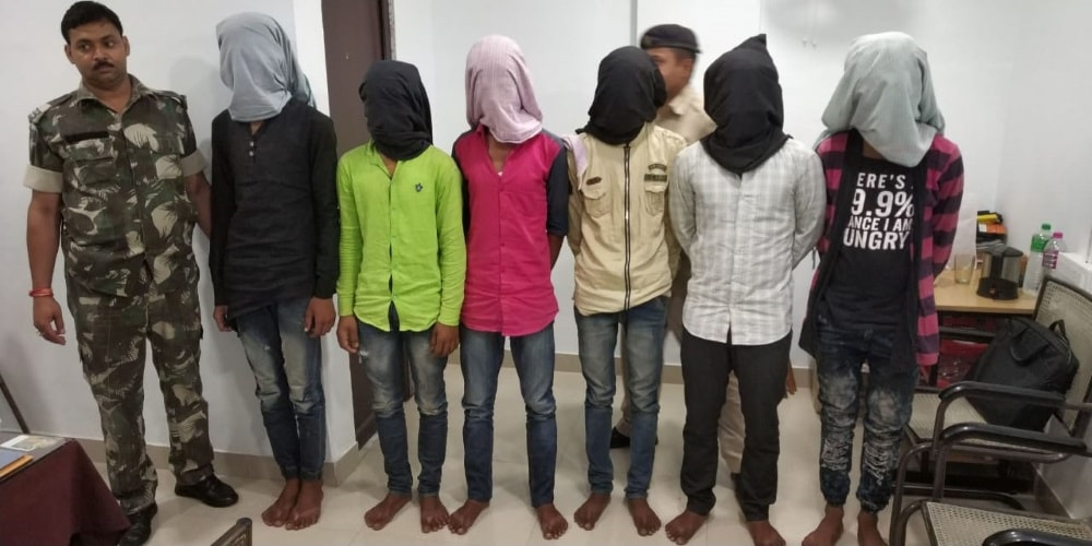<p>Police on Thursday busted a cell phone stealing gang. They were responsible for numerous cell phone theft in Ranchi and adjacent area.</p>