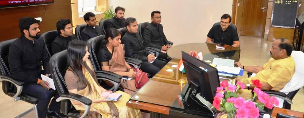 <p>मुख्यमंत्री रघुवर दास से झारखण्ड मंत्रालय में 2016 बैच के 8 प्रशिक्षु आईएएस अधिकारी मिले |</p>