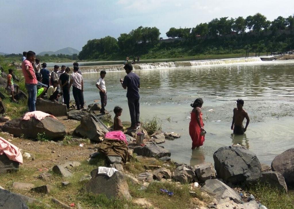 <p>जमशेदपुर - जुगसलाई थाना अंतर्गत बागबेड़ा बड़ौदा घाट के स्वर्णरेखा &nbsp;नदी में मछली पकड़ने के दौरान एक व्यक्ति की डूबने से मौत, शव की तलाश जारी, जुगसलाई का रहने वाला था व्यक्ति&#8230;