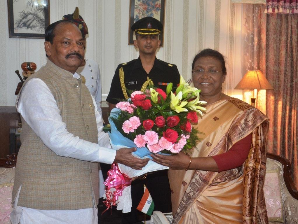 <p>माननीया राज्यपाल द्रौपदी मुर्मू से आज दिनांक 26/07/2018 को राजभवन में मुख्यमंत्री रघुवर दास ने मुलाकात की  </p>