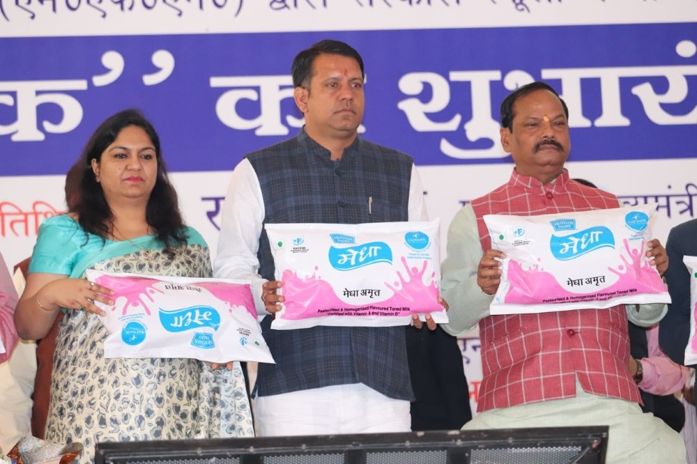 <p>Chief Minister, Raghubar Das on the occasion of inauguration of &quot;Gift Milk&quot; scheme for children of the government run schools on Tuesday at an event in Latehar.</p>