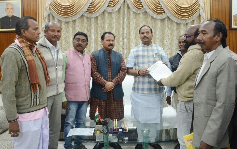 <p>CM Raghubar Das during a meeting with a delegation led by Manaki Munda at his residence in Ranchi on Sunday..</p>