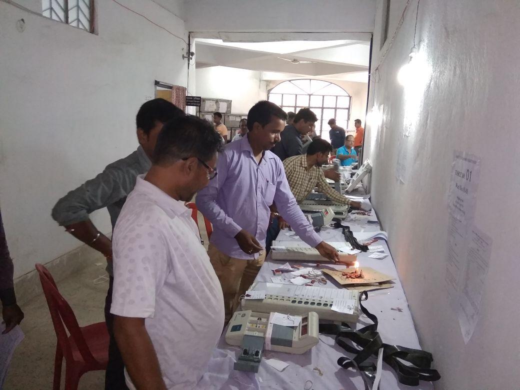 <p>मधुपुर नगर निकाय चुनाव के तहत् अध्यक्ष, उपाध्यक्ष व वार्ड पार्षद पद हेतु कुल 23 वार्ड में 46 बूथ बनाये गये हैं। इन बूथों पर मतदान के लिए तैयार किए गये ईवीएम (इलेक्ट्रोनिक वोटिंग&#8230;