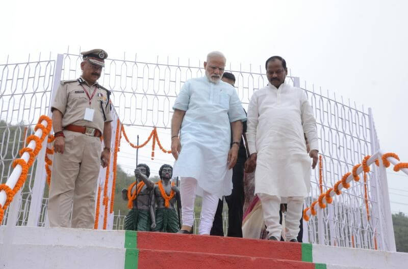 <p>Prime Minister Narendra Modi with Jharkhand DGP DK Pandey(Left) and Chief Minister Raghubar Das landing from the plane at Sahibgunj.</p>