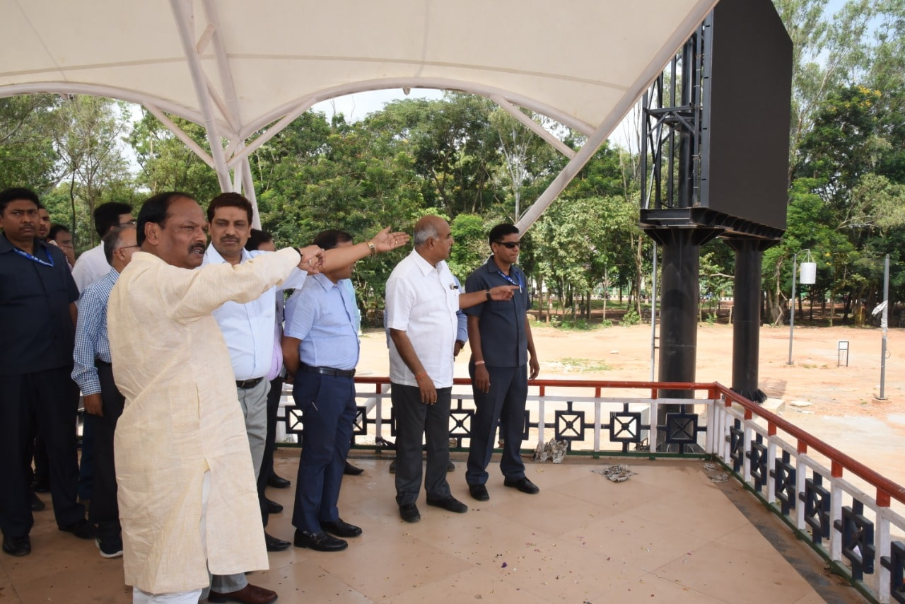 <p>Chief Minister Raghubar Das observes the project under construction at Morahabadi Ground, Ranchi on Wednesday.</p>