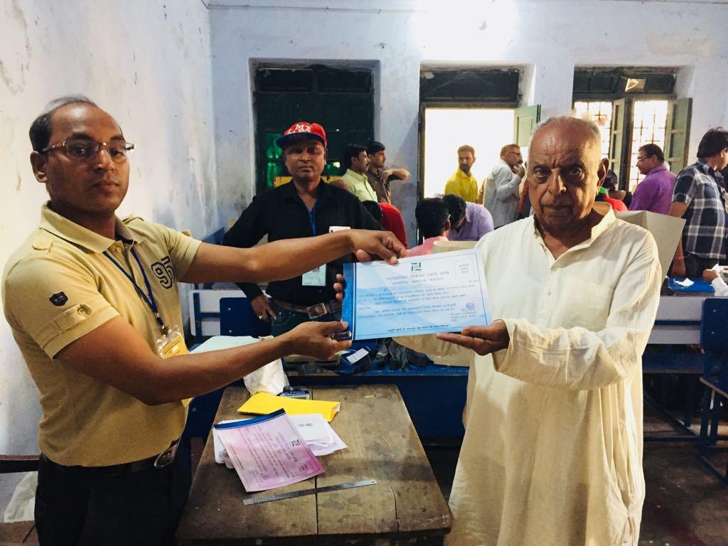 <p>रांची नगर निगम चुनाव 2018 में 70 वर्षीय 1986 में रहे पूर्व पार्षद देवराज खत्री ने पहला मतदान बूथ संख्या 30/5 केबी बालिका उच्च विद्यालय रातू रोड के मतदान केंद्र में सुबह 7 बजे पहला…