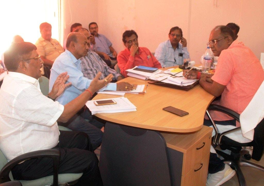 <p>Deputy Mayor Sanjiv Vijayvergia holds meeting with Jharkhand Bijli Vitran Nigam Ltd. (JBVNL) officials at RMC in Ranchi on Wednesday.</p>