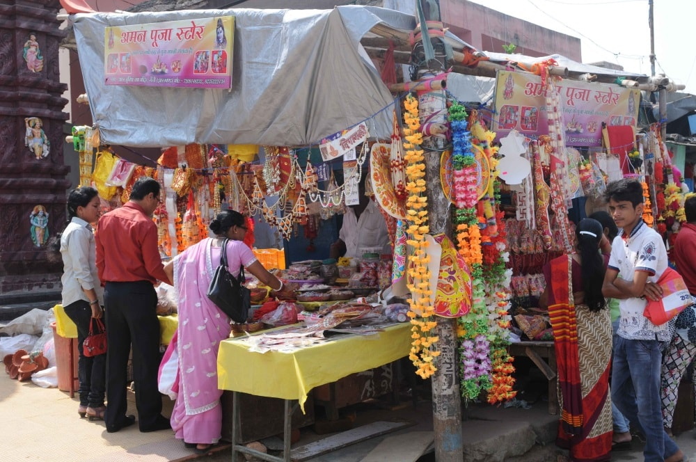 <p>People purchasing home decoration items ahead of Diwali festival from&nbsp;a road side stall in Ranchi on Monday.&nbsp;</p>