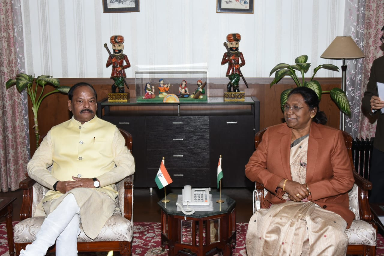 <p>Chief Minister Raghubar Das met the Hon'ble Governor Draupadi Murmu in the Raj Bhavan on 21-12-2018.</p>