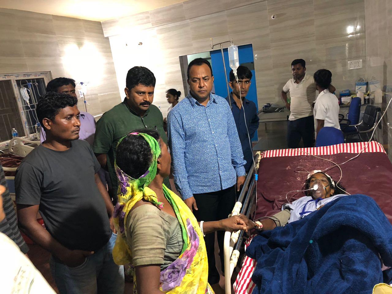 <p>बनहोरा गाँव मे दीवार गिर जाने 3 की मौत और 6 गंभीर रूप से घायल हो गए। घायलों से मिलने जसलोक हॉस्पिटल पहुँचे हटिया विधायक नवीन जयसवाल जी</p>