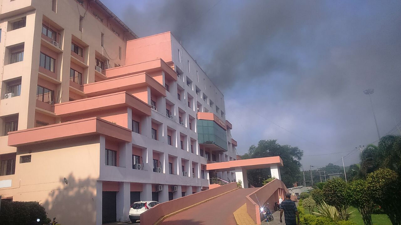 <p>Fire breaks out on top floor of the Suchna Bhawan in Ranchi.Jharkhand State News informed SSP Ranchi and fire brigade reached the spot to control the fire.</p>