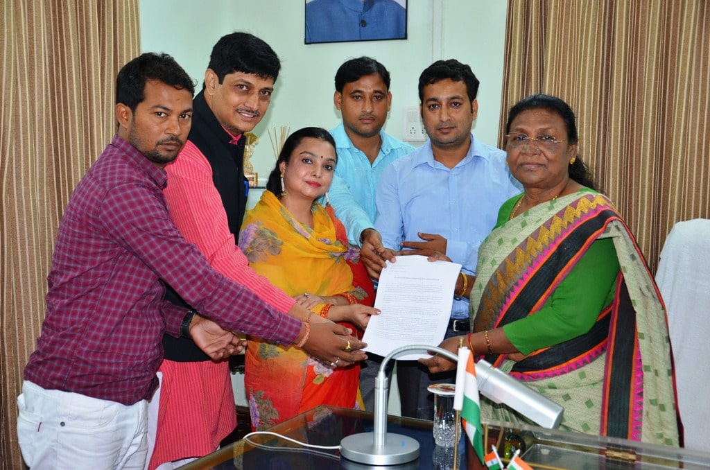 <p>Governor Draupadi Murmu met with the delegation of Shri Jagannath Cultural Campaign, Kharshawan at Rajbhawan. The delegation submitted a memorandum for declaring Rath Yatra as State…