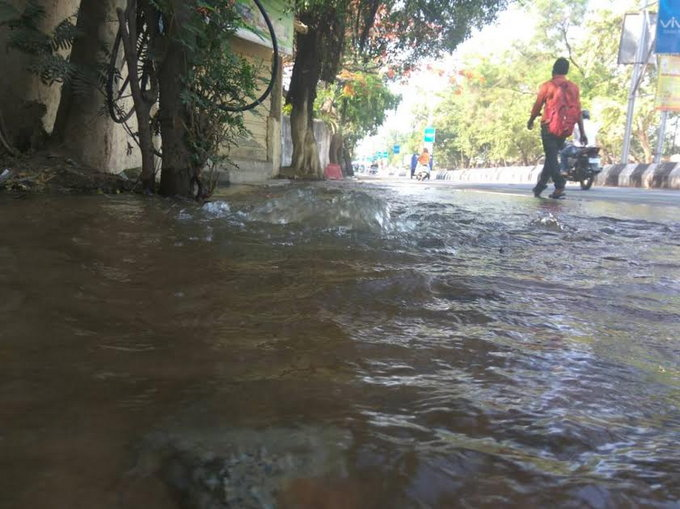 <p>Road outside Bihar Club in Ranchi turned into a river after a water pipeline cracked and water slipped out of it this morning.</p>