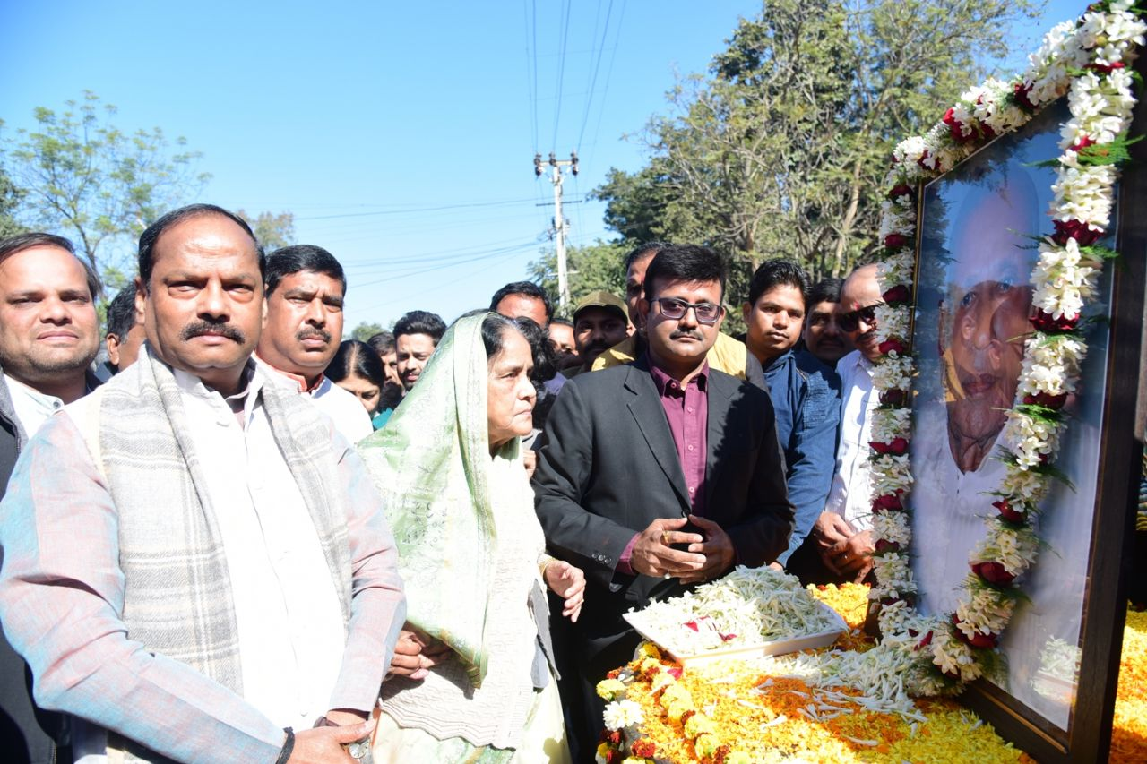 <p>Chief Minister Raghubar paying floral tribute to justice LPN Shahdeo on his death anniversary Shahdeo chowk in Ranchi on Wednesday.</p>