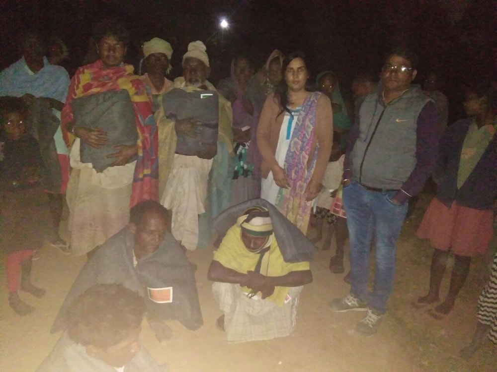 <p>BDO cum CEO, Neetu Singh of Charchu block under Hazaribagh district distributed blankets among poor villagers on Saturday evening.</p>