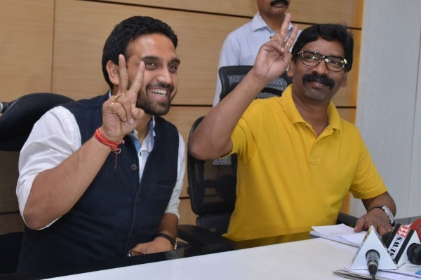 <p>Jharkhand Mukti Morcha Working President Hemant Soren and MLA Kunal Sarangi showing victory sign after win his party candidate Litipara by poll, during a press conference in Ranchi&#8230;