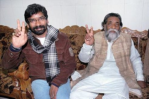 Hemant with his father Shibu Soren fly to Delhi,efforts to form government on