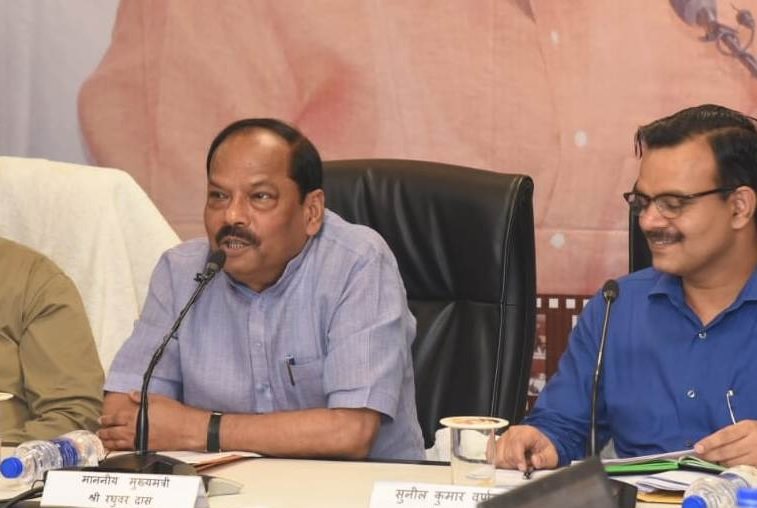 chief-minister-reviewed-18-complaints-in-seedhi-baat-program