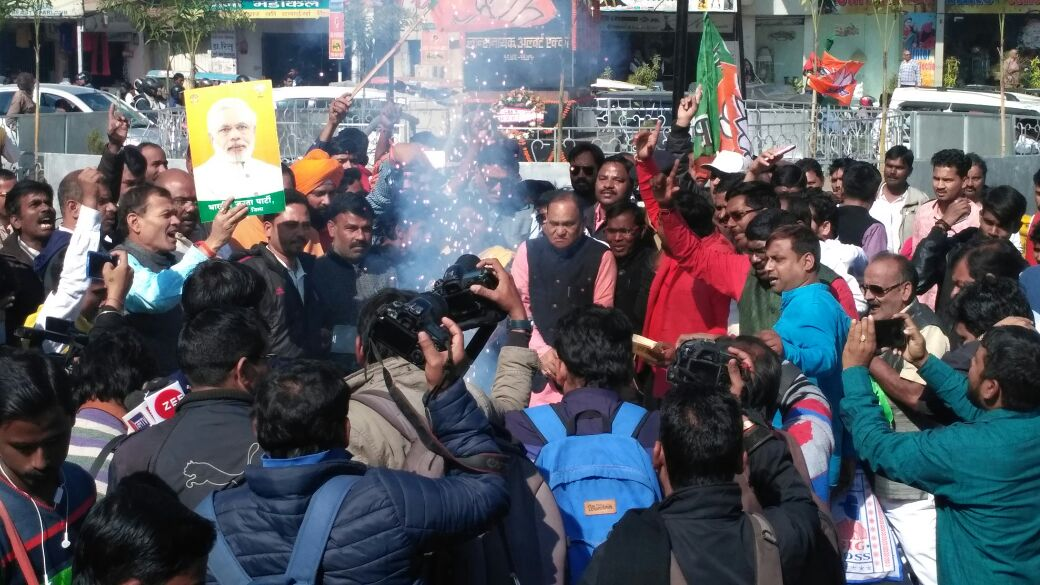 BJP workers celebrate party's victory in Gujarat,HP;criticise Das govt in Jharkhand