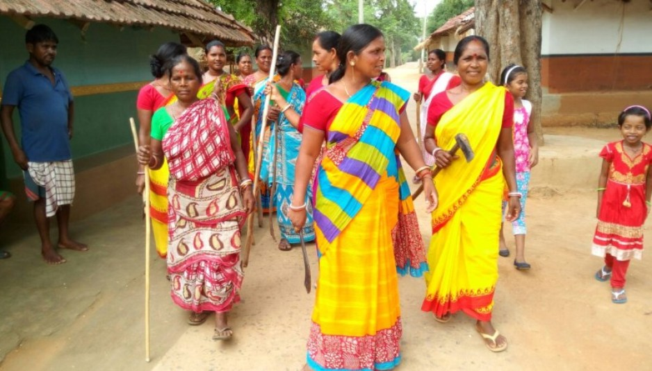 tribal-woman-protects-forest-by-fighting-timber-mafia-in-singhbhum