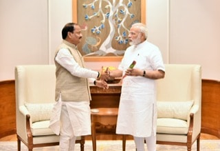 pm-modi-pats-cm-raghubar-das-on-completing-1000-days