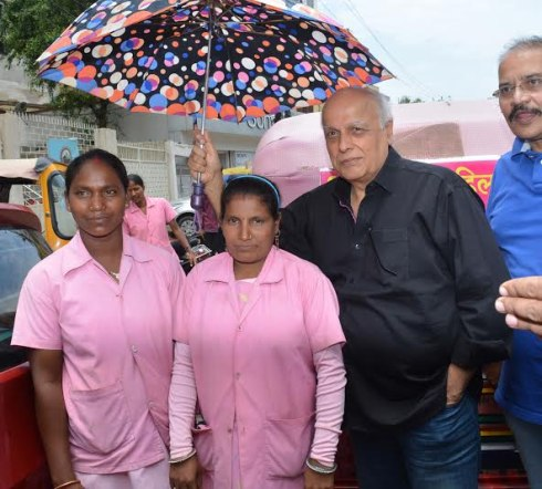 Mahesh Bhatt takes selfie with women auto drivers in Ranchi