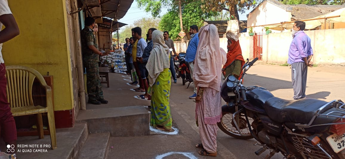 india-fights-coronavirus-hand-made-queue-at-pds-counter-in-manoharpur