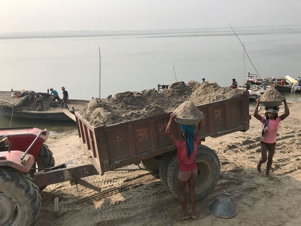 Ranchi-Police-s-big-action-against-illegal-sand-mining-11-highways-loaded-with-sand-were-confiscated