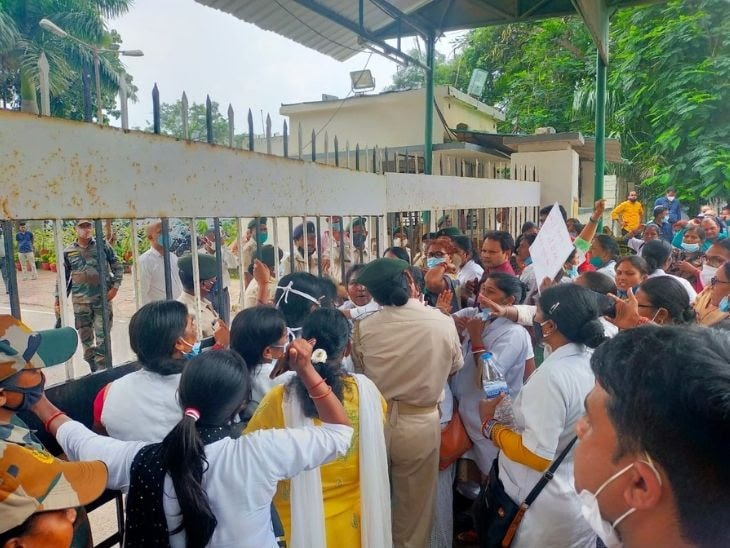 Thousands-of-medical-workers-locked-the-Nepal-House-Secretariat-in-Ranchi-Government-of-Jharkhand
