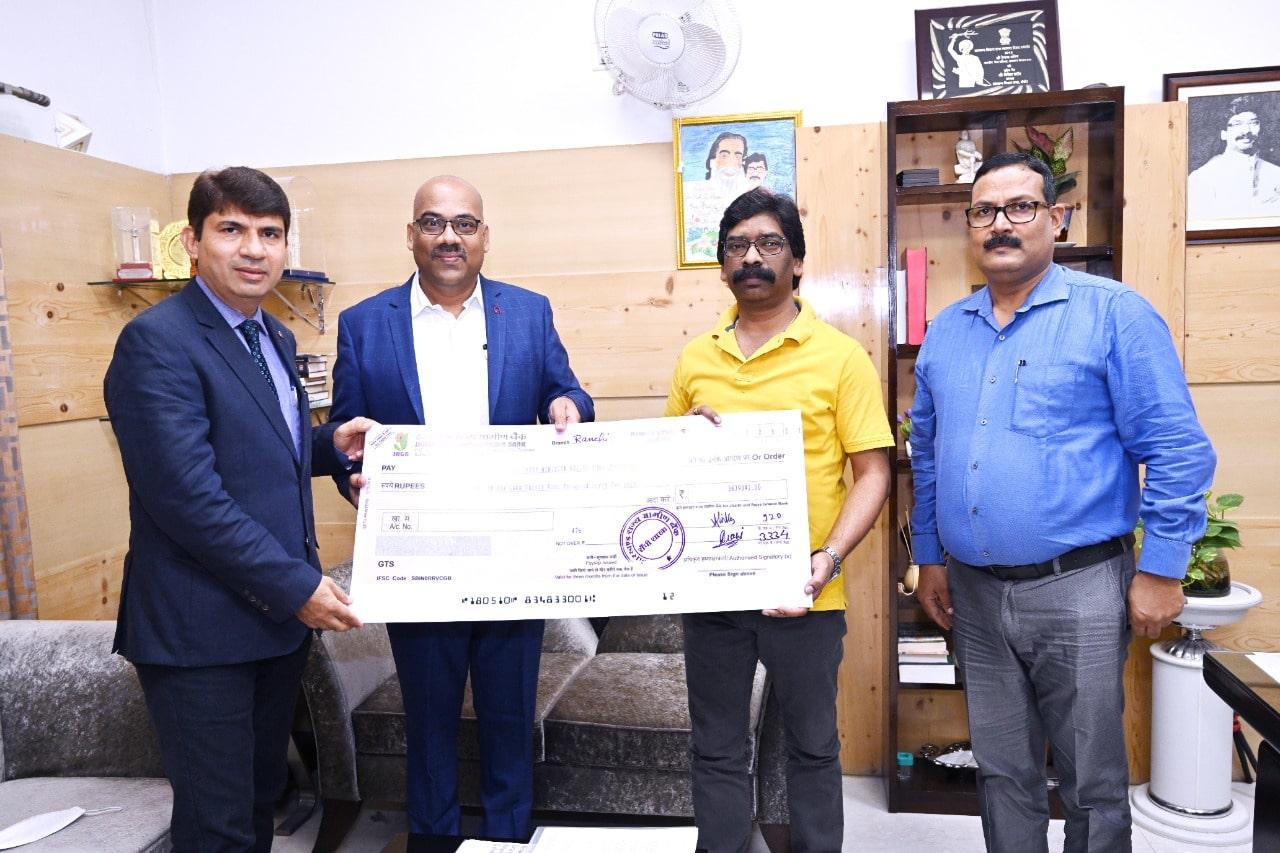 झारखंड राज्य ग्रामीण बैंक 'मुख्यमंत्री राहत कोष' के लिए 36.39 लाख रुपए का चेक सौंपा
