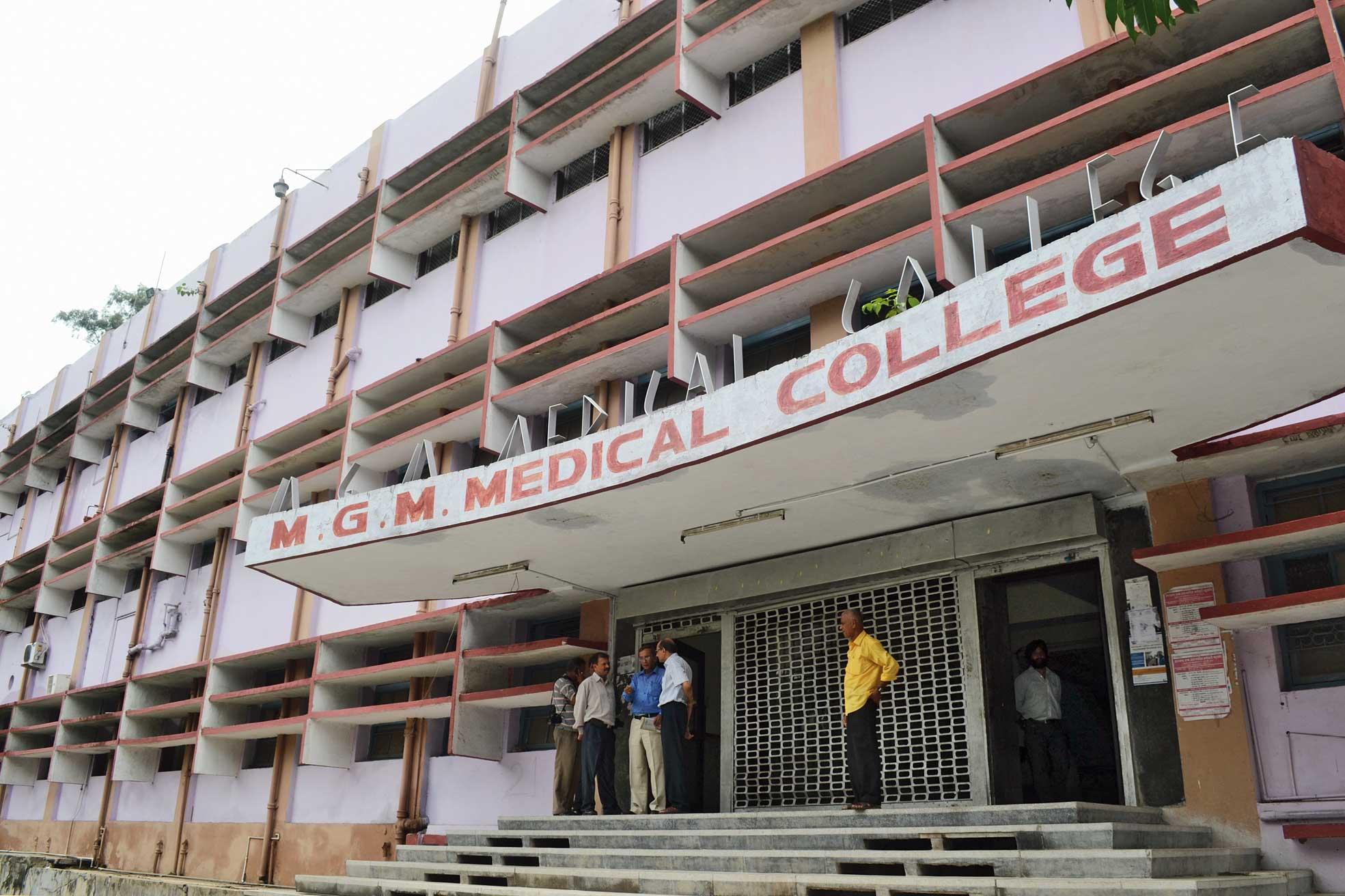 एमजीएम हॉस्पिटल जमशेदपुर के नर्स और डॉक्टर मोबाइल पर मस्त रहे , तब इलाजरत हरिजन महिला के नवजात की मौत