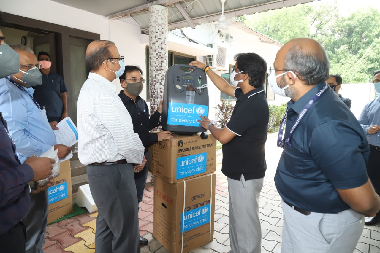 Jharkhand-UNICEF-handed-over-800-oxygen-concentrators-and-20-lakh-three-layer-surgical-masks-to-the-state-government