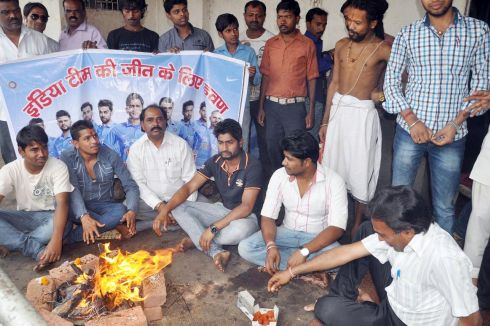 Cricket fans pray,offer puja for Team India