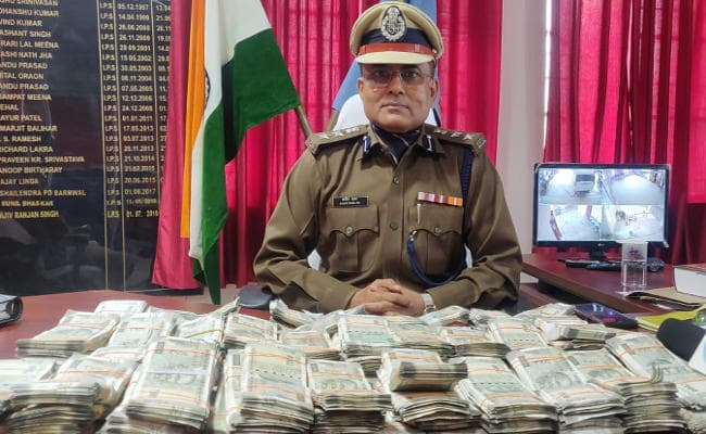 cops-nab-two-seize-rs-43-98-lakh-cash-in-pakur