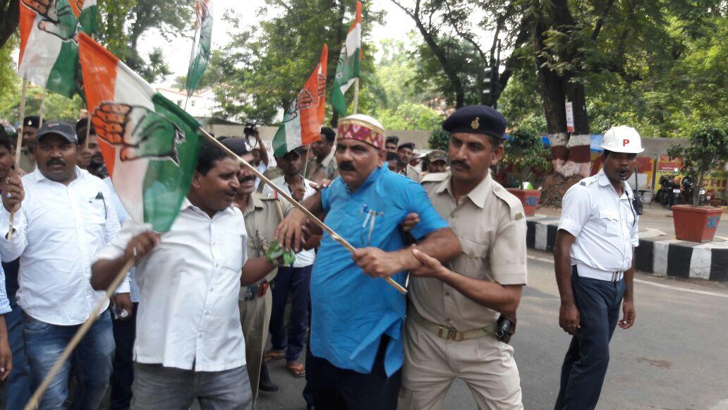 <p>गिरिडीह तथा चतरा में भूख से हुई मौत को लेकर प्रदेश कांग्रेस कमिटी के प्रवक्ता श्री आलोक कुमार दुबे जी के नेतृत्व में कार्यकर्ता एवं समर्थकों ने माननीय मंत्री श्री सरयु राय जी से…