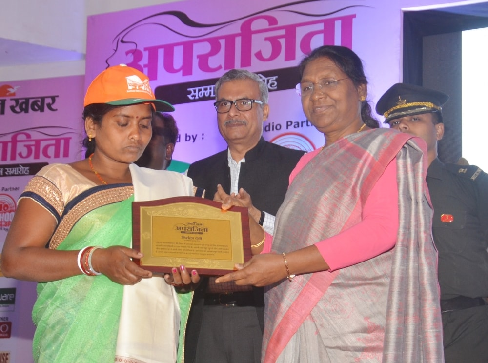 <p>Jharkhand Governor, Draupadi Murmu presenting a memento during the 'Aparajita Samman' program held in Ranchi on Saturday.</p>