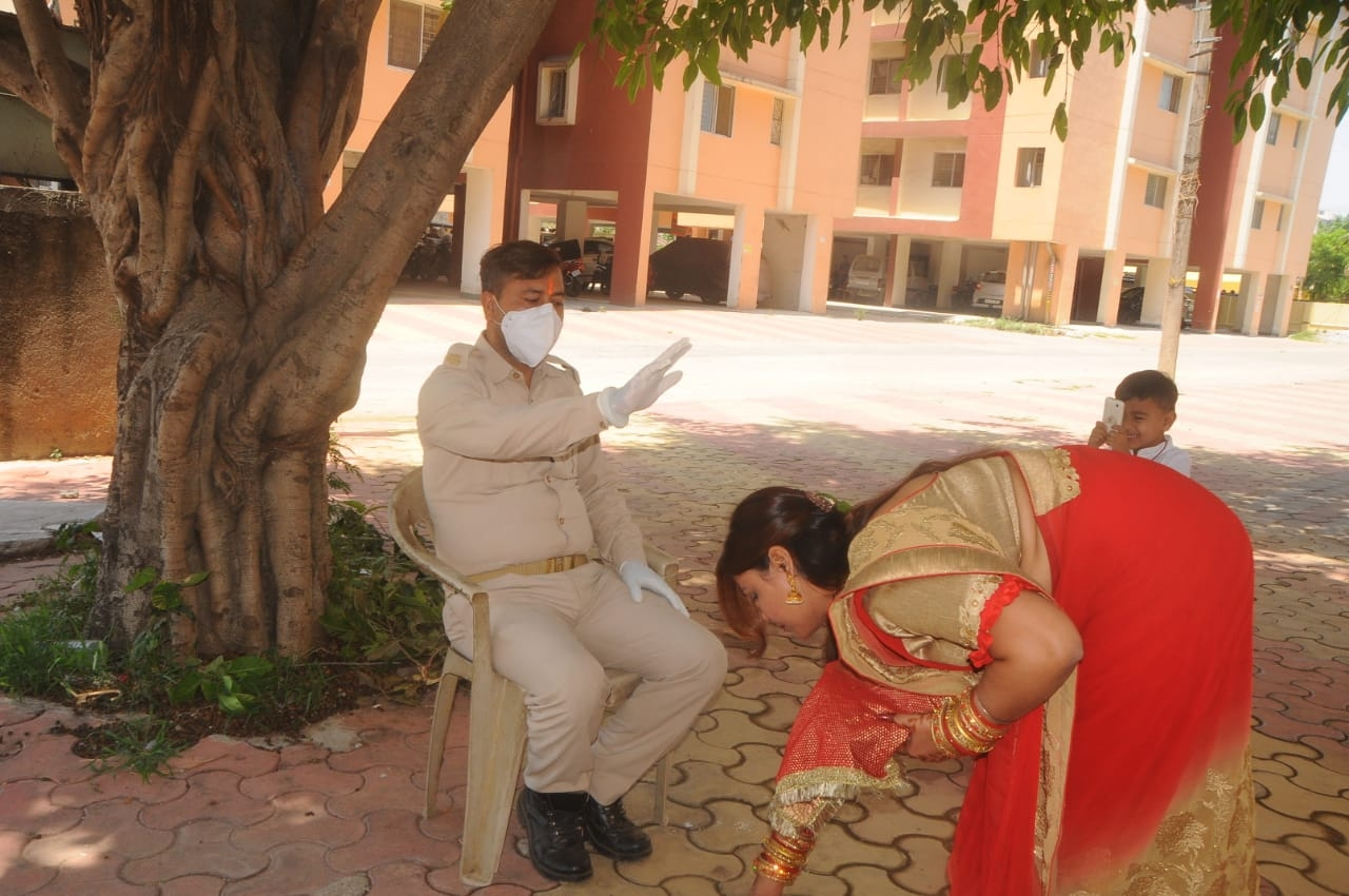 <p>Wife touching the feet of husband on the occasion of Vat Savitri Puja in Ranchi. Incidentally, the husband in uniform is a cop who is spotted thanking her for touching his foot.</p>…
