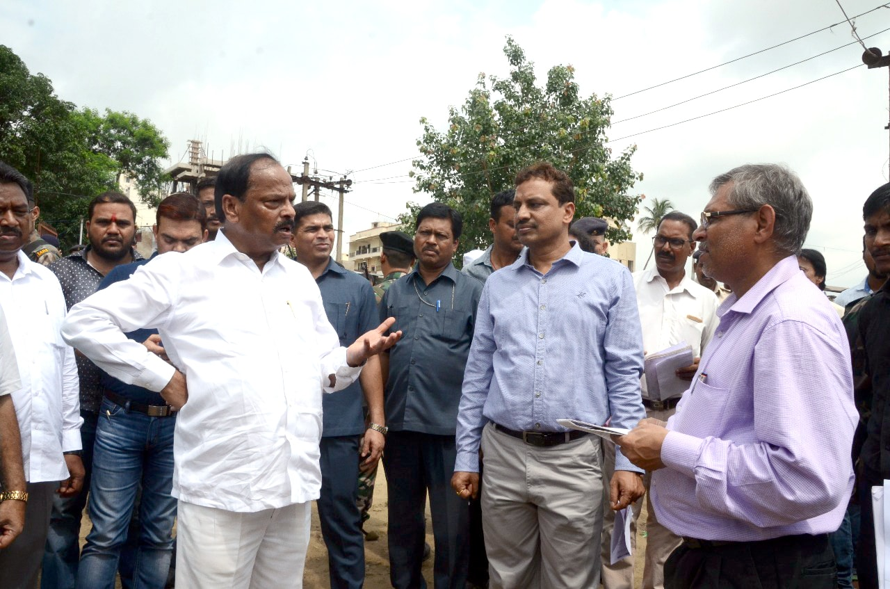 <p>Chief Minister Raghubar Das and Urban Development Minister CP Singh alongwith senior officials inspects Birsa Munda Park and Karamtoli pond's ongoing beautification works at…