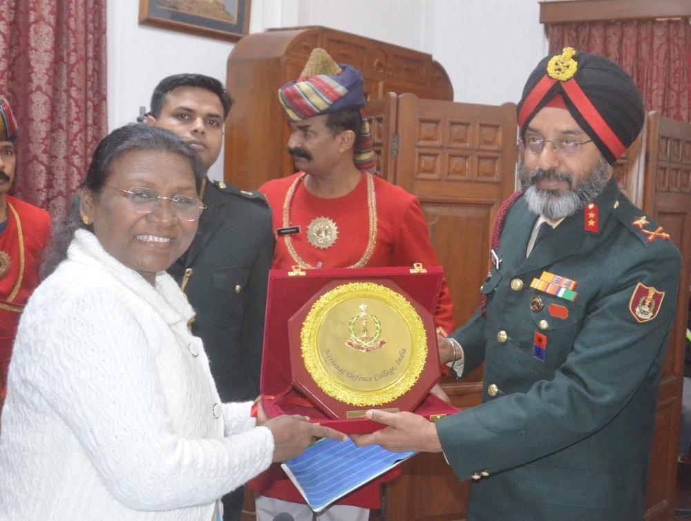 <p>माननीया राज्यपाल द्रौपदी मुर्मू से आज मेजर जनरल हरकिरत सिंह के नेतृत्व में नेशनल डिफेंस काॅलेज के 17 अधिकारियों ने राज भवन में मुलाकात की।</p>