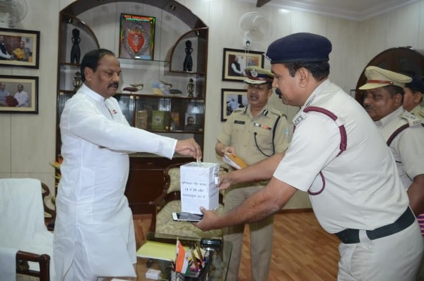 <p>Jharkhand Chief Minister Raghubar Das took part in Flagging programme organised on the occasion of Fire Brigade Day inside his official residence in Kanke Road,Ranchi.</p>…