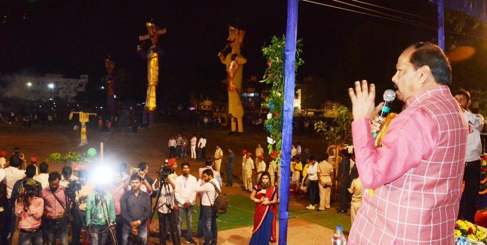 <p>CM Raghubar Das at a 'Ravan Dhahan' programme organised at Morabadi Maidan, Ranchi on the occasion of Dussera on Saturday.</p>