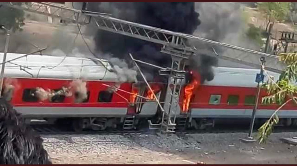 <p>Two bogies of Rajdhani Express train travelling from Delhi to Visakhapatnam caught fire near Gwalior in Madhya Pradesh.All passengers of those two bogies are reported to be safe.</p>…