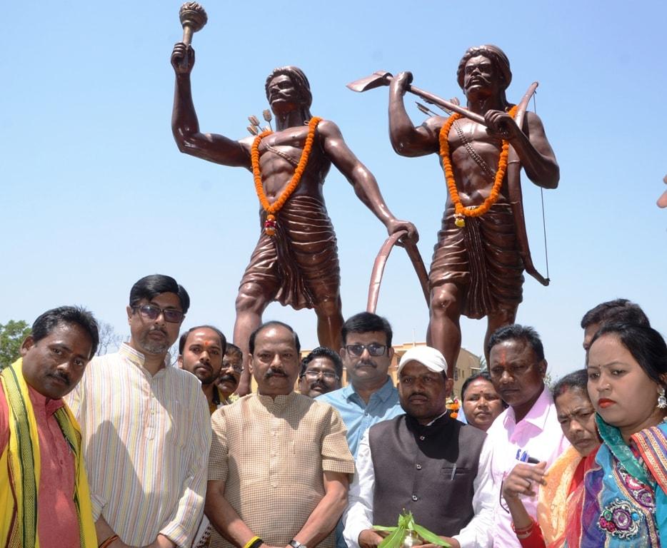 <p>मुख्यमंत्री रघुवर दास ने आज अमर शहीद नीलांबर पीतांबर के शहादत दिवस के अवसर पर मोरहाबादी स्थित उनकी प्रतिमा पर श्रद्धासुमन अर्पित किया |</p>