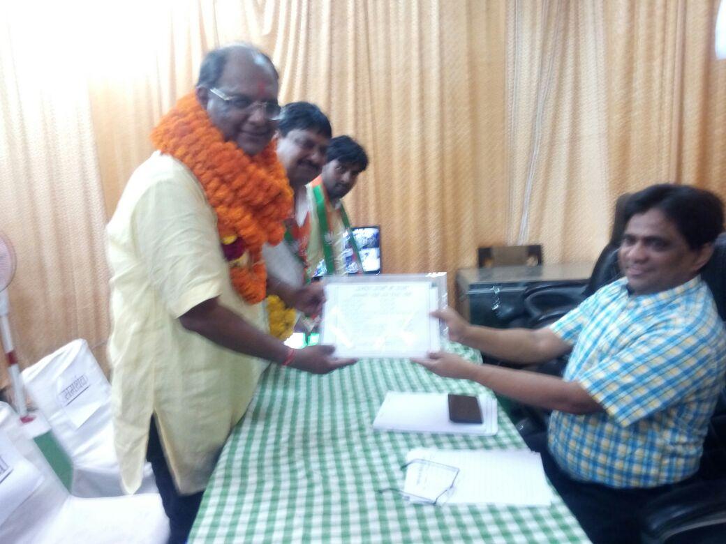 <p>राँची नगर निकाय चुनाव - भारतीय जनता पार्टी के प्रत्याशी संजीव विजयवर्गीय ने उप महापौर के पद पर पर्चा दाखिल किए।</p>