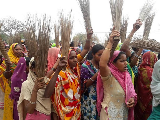 <p>To press their demand to ban sale and consumption of liquor in Jharkhand,a group of women held procession along Jharkhand-Bihar border at Mahuwara in Godda district.They demanded…